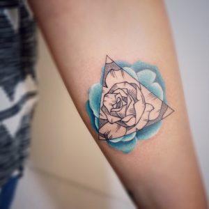 Значение тату пион у девушки на руке, ноге, бедре, спине, ребрах, лопатке, ключице в треугольнике