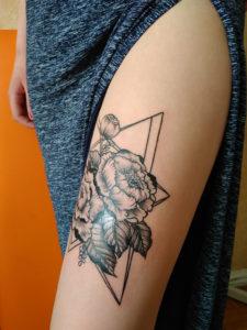 Лучшие татуировки у девушки на руке, ноге, бедре, спине, ребрах, лопатке, ключице в треугольнике